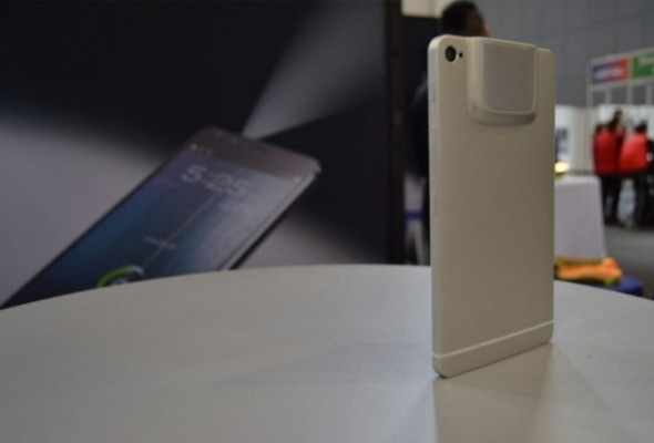 Akyumen-Holofone-smartfon-proektor-na-Windows-10-ta-z-diagonallyu-u-7-dyujmiv-600x407