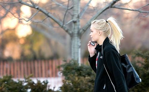 devushka-govorit-po-telefonu
