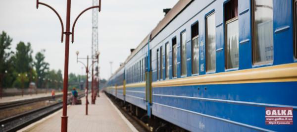 Zaliznitsya-poyizd-potyag-vokzal-transport-reysi-shpali_0224-890x395