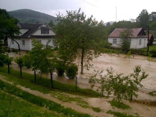 Прикарпатські рятувальники продовжують боротьбу із наслідками стихії