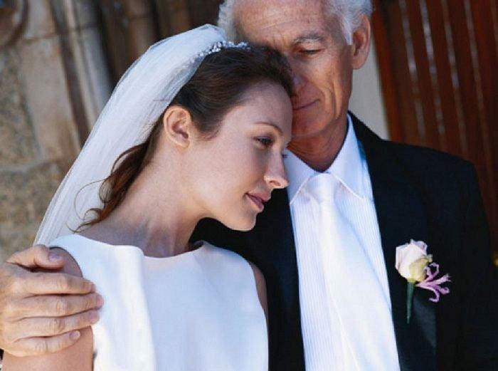 красивая фигуристая женщина замужем за пожилым джентльменом но ей зрелой женщине