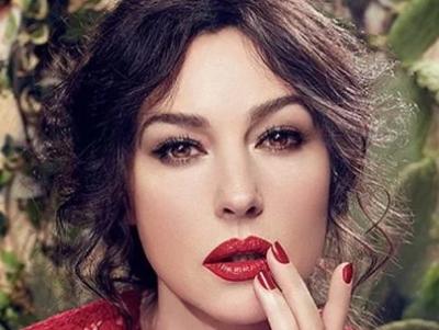 З трояндами і кавоваркою  спокуслива Моніка Белуччі приміряла новий образ  від Dolce   Gabbanа 9d223d7f58756