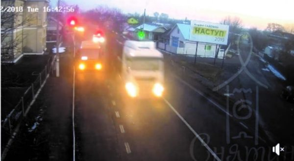 У прикарпатському містечку, лісовоз втікаючи від поліції, протаранив службове авто патрульних (фото+відео)